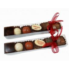 "Кутия с 6 шоколадови бонбона (1 с надпис ""Обичам те"" или ""Честит Рожден Ден"")"