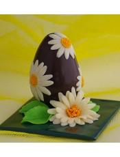 Шоколадово Великденско яйце декорирано с маргаритки